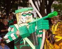 Ein Comic-Buchgebläse gekleidet als grüner Pfeil Lizenzfreie Stockbilder