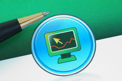Ein Computer mit Konzepten eines Diagramms des Handels Stockfotos