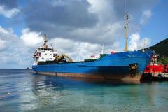 Ein Containerschiff neben dem Gewohnheitskai in Kingstown, St. Vincent lizenzfreie stockfotografie