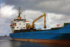 Ein Containerschiff neben dem Gewohnheitskai in Kingstown, St. Vincent lizenzfreie stockfotos