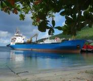 Ein Containerschiff neben dem Gewohnheitskai in Kingstown, St. Vincent stockfotografie