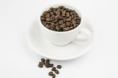 Ein Cup mit Kaffeebohnen Stockfoto
