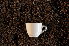 Ein Cup und coffe Bohnen - caffe Espresso Stockfoto