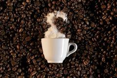 Ein Cup und coffe Bohnen - caffe Espresso Lizenzfreie Stockfotos