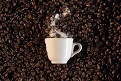 Ein Cup und coffe Bohnen - caffe Espresso Stockfotografie