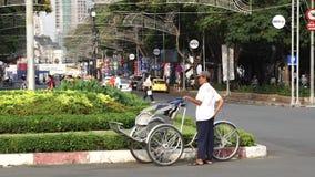 Ein cycler wartet auf Passagier nahe Ben Thanh Market stock footage