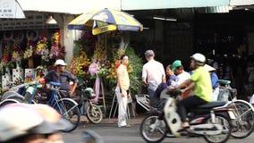 Ein cycler wartet auf Passagier nahe Ben Thanh Market stock video footage