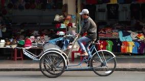 Ein cycler wartet auf Passagier nahe Ben Thanh Market stock video