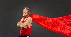 Ein dünner, lustiger Mann in einem Superheldkostüm Lizenzfreies Stockfoto