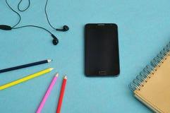 Ein dünnes Telefon mit Kopfhörern Lizenzfreie Stockfotografie
