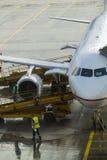 Ein Düsenflugzeug wird vom Gepäck und vom Brennstoff geladen Stockfotografie