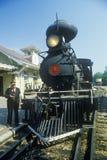 Ein Dampfmaschinenleiter, wie er nahe dem Cowcatcher auf der Front steht, Eureka Springs, Arkansas Lizenzfreie Stockbilder