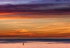 Ein Darlehen Yatch auf einem ausdehnenden Meer Lizenzfreie Stockbilder