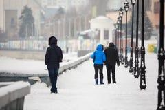Ein Datum im Winter auf der Ufergegend Leute gehen in den Schnee auf der Straße Ein Paar in der Liebe Lizenzfreie Stockbilder