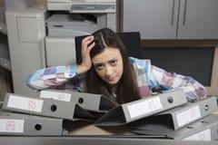 Ein defekter Sekretär, Arbeitsbücher machend ist harte Arbeit lizenzfreies stockbild