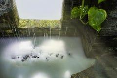 Ein Dekorationsteich-Wasserfallbrunnen Stockbild