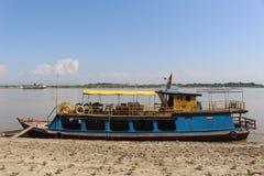 Ein Delphin aufpassendes tourboat auf dem Irrawaddy lizenzfreie stockfotos