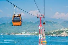 Ein der Welt-` s längsten Drahtseilbahn über dem Meer, das zu Vinpearl-Vergnügungspark, Nha Trang, Vietnam führt Stockfotos