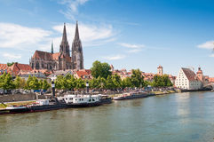 Ein der Welterbe-Site-alten Stadt von Regensburg mit Stadtamhof im Bayern, Deutschland stockfotografie