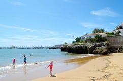 Ein des Strandes von Cascais in Lissabon, mit Kindern, die spielen Stockbilder