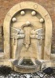 Ein des zahlreichen Brunnens für Trinkwasser in Rom stockfotos