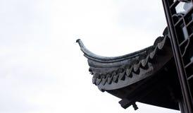 Ein Detail eines Dachs gegen einen weißen Himmel in chinesischem Garten Dunedins in der Südinsel in Neuseeland lizenzfreie stockbilder