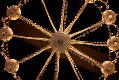 Ein Detail eines Leuchters mit Lichtern an von unterhalb stockbilder