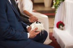 Ein Detail schoss vom Trauzeugen, der Eheringe hält Lizenzfreies Stockfoto