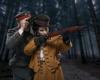 Ein deutscher Soldat mit der Dame auf der Jagd im Wald Lizenzfreie Stockbilder