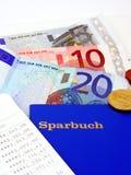 Ein deutsches Sparbuch mit Eurobargeld Stockfotos