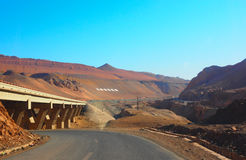 Ein die Straße, zum des Berges in Turpan, Uygur Zizhiqu, Xinjiang, China zu flammen lizenzfreies stockbild