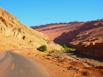 Ein die Straße, zum des Berges zu flammen lizenzfreie stockfotos