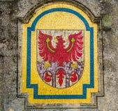 ein dieses Mosaik Formen Merano& x27; s-Wappen: das rote Tirolo& x27; s-Adler auf den drei Toren der Stadt Lizenzfreie Stockbilder