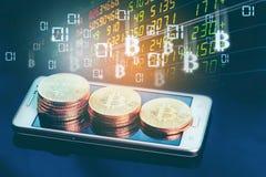 Ein digitales Geld Bitcoin wird auf die Front eines iPhone gesetzt Schwarzer Glashintergrund lizenzfreies stockfoto