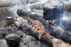 Ein dixy auf dem Feuer ist auf Steinen im Wald Stockfoto