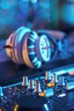 Ein DJ-Kopfhörer auf einem mischenden Schreibtisch Lizenzfreie Stockfotografie
