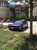 Ein Dodge-Herausforderer der aktuellen Version in Plum Crazy Purple in einem WohnungsParkplatz Lizenzfreie Stockfotos