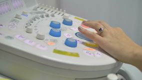 Ein Doktor benutzt ein Ultraschallmaschinenbedienfeld stock video footage