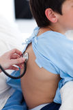 Ein Doktor, der die Atmungskinetik eines Kindes überprüft Stockfotos