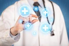 Ein Doktor, der eine Pille mit Kreuzen zeigt Lizenzfreies Stockbild