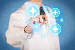 Ein Doktor, der eine Pille mit Kreuzen zeigt Stockbilder