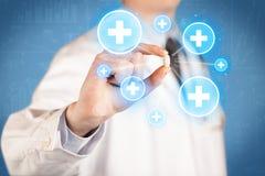 Ein Doktor, der eine Pille mit Kreuzen zeigt Lizenzfreie Stockfotos
