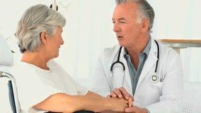 Ein Doktor, der einen Patienten besucht stock video