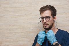 Ein Doktor, der im Arztraum arbeitet lizenzfreie stockfotos