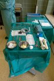 Ein Doktor führt eine chirurgische Operation durch lizenzfreie stockfotografie