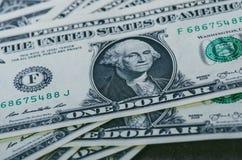 Ein-Dollar-Banknoten auf einer schwarzen Tabelle Bargeld-Amerikaner-Dollar Geometrische Verzierung auf einem alten Papier Abstrak Stockfoto