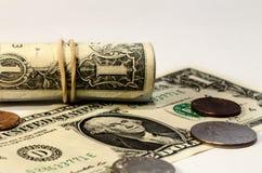Ein-Dollar-Rollen und einige Cents Stockbild