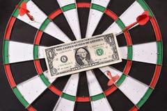 Ein Dollarschein auf einer Dartscheibe Lizenzfreie Stockfotos