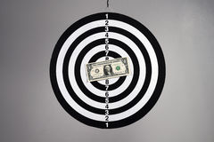 Ein Dollarschein auf einer Dartscheibe Stockbilder