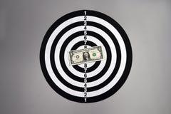 Ein Dollarschein auf einer Dartscheibe Lizenzfreie Stockfotografie